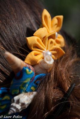 Séance d'engagement de la mariée en fleur par Laure Sophie Photographie. Peigne de mariée thème de la mer avec coquillages et fleurs en tissu