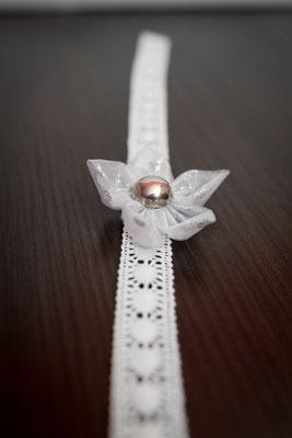 Bracelet orné d'une fleur en tissu argentée pour petite fille, accessoire de mariage pour votre cortège par La mariée en fleur