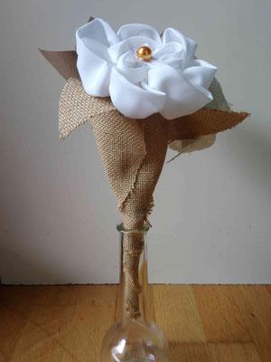 Mini bouquet demoiselle d'honneur par La mariée en fleur en fleurs en tissus et origami pour un mariage naturel en tons neutres avec du coton blanc, de la toile de jute et du papier kraft