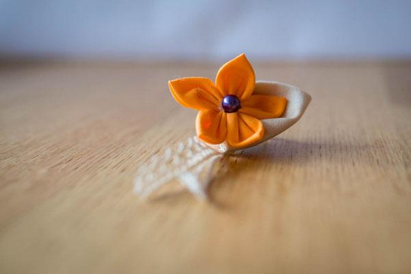 Boutonnière cortège mariage, fleur en tissu orange. Petit garçon