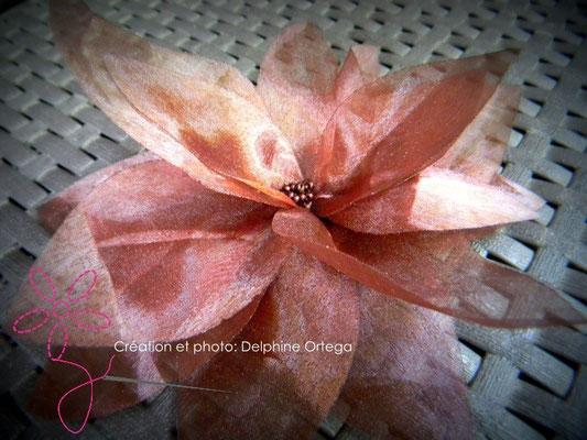 Personnalisation de robe de mariée en organza chocolat. Pétales aériens et coeur en perles de rocaille