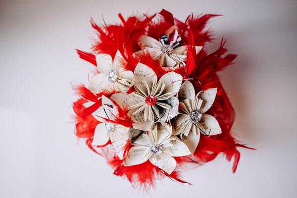 Mariage thème japon avec origami et fleurs en tissus, rouge, blanc et rose. Centre de table original et éternel par La mariée en fleur