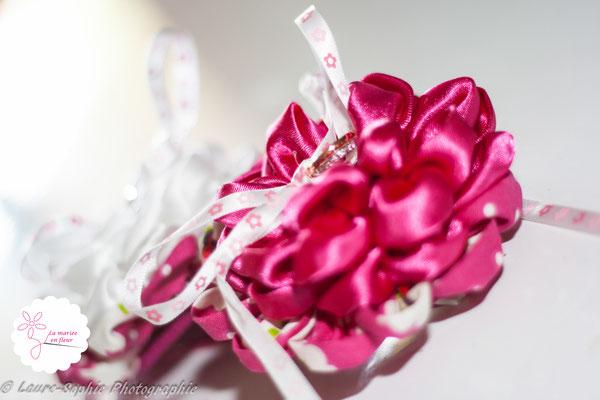 Coussin d'alliances original en fleurs en tissus rose framboise et blanche