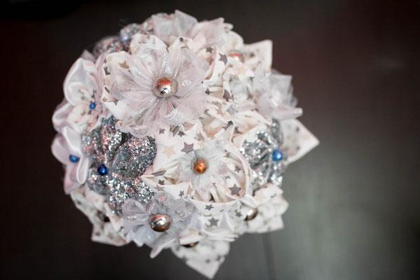 Bouquet original et intemporel, fleurs en tissus blanc et argent par La mariée en fleur