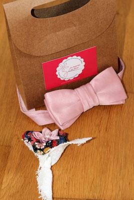 La panoplie du marié par La mariée en fleur: nœud papillon en satin rose poudré et boutonnière coordonnée au bouquet de la mariée avec petite fleur en tissu à motifs imprimés fleuris multicolore, coton blanc et satin rose pale