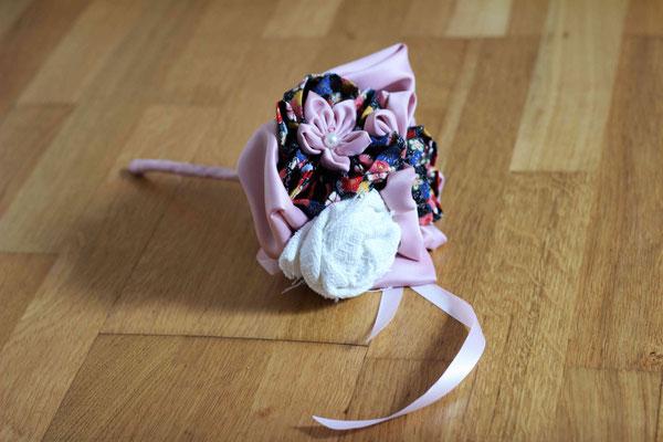 Mini bouquet de mariée en fleurs en tissus pour demoiselle d'honneur dans les tons blancs, rose poudré et motifs imprimés fleuris multicolore