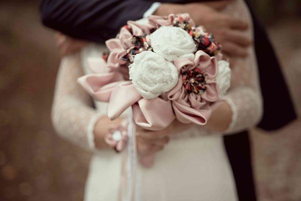 Annaïck, mariée en fleur 2018 à Clermont Ferrand. Bouquet et accessoires de mariage originaux. Crédit photo Arty Photos