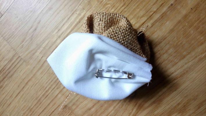 Boutonnière témoin pour votre cortège par La mariée en fleur en tissu pour un mariage naturel en tons neutres avec du coton blanc, de la toile de jute et du papier kraft