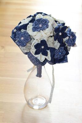 Bouquet de mariée original fleurs en tissus et papiers pour mariage marin bleu marine et blanc par La mariée en fleur