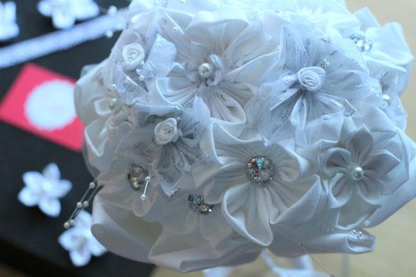 Bouquet de mariée en tissu tout blanc avec des strass par La mariée en fleur