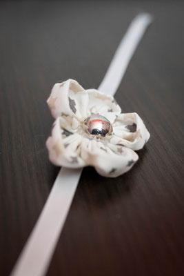Bracelet orné d'une fleur en tissu blanc étoilé pour petite fille, accessoire de mariage pour votre cortège par La mariée en fleur