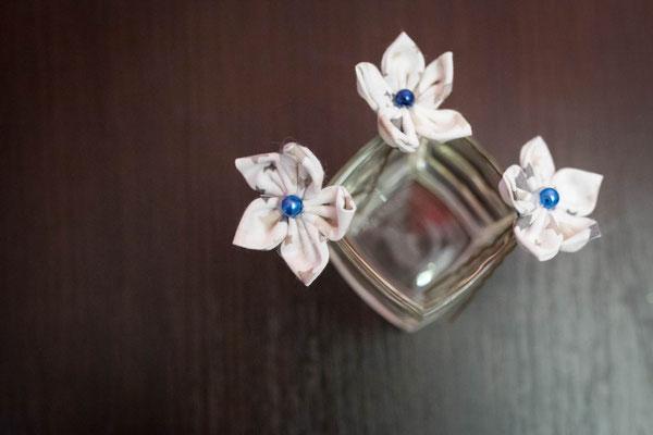 Epingles à chignon, fleurs en tissu argenté avec perle bleue pour la coiffure de la mariée par La mariée en fleur