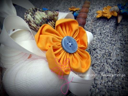 Bouquet de mariée original et éternel en fleurs en tissu et coquillages. Thème Mer pour un mariage à la plage. Gros plan fleur jaune