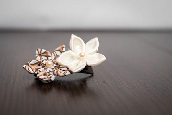 Barrette fleurs en tissus ivoire et marron. Thème rustique champêtre avec liège par La mariée en fleur