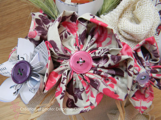 Détail bouquet de mariée original en fleurs éternelles de tissu et papier. Fleur en tissu et bouton