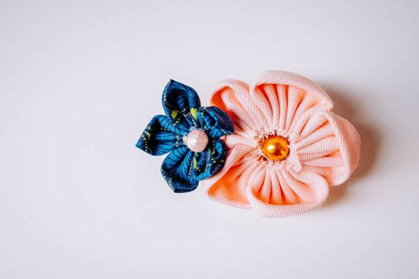 Barrette petite fille, fleurs en tissus bleu canard et pêche par La mariée en fleur