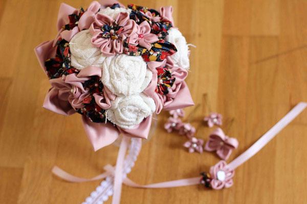 Bouquet et accessoires de la mariée, par La mariée en fleur: épingles à chignon et bracelet en fleurs en tissus, satin rose poudré, toile de coton blanche, coton imprimé fleuri multicolore