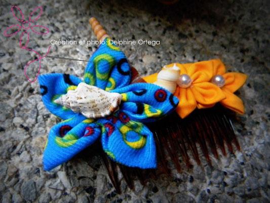 Peigne de mariée (accessoire de cheveux) original et éternel en fleurs en tissu et coquillages. Thème Mer pour un mariage à la plage