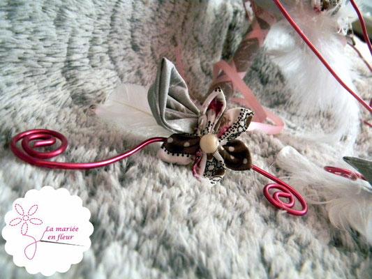 Collection Annabelle. Boutonnière en fleurs originales en tissu et plumes. Tons roses et gris