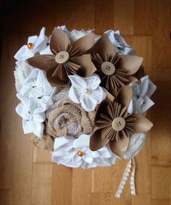 Bouquet de mariée original par La mariée en fleur en fleurs en tissus et origami pour un mariage naturel en tons neutres avec du coton blanc, de la toile de jute et du papier kraft