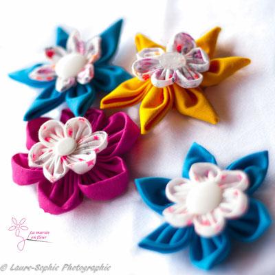 Décoration de table mariage: fleurs en tissu rose, jaune et bleu parsemmées sur les nappes