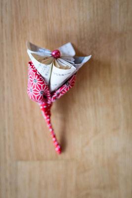 Mariage thème japon avec origami et fleurs en tissus, rouge, blanc et rose. Boutonnière marié originale et éternelle par La mariée en fleur