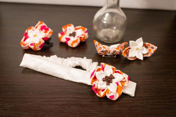 Collection d'accessoires fleurs en tissu pour le baptême d'Alice. Oursons, rose, orange, blanc