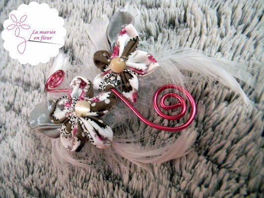 Collection Annabelle. Barrette en fleurs originales en tissu et plumes. Tons roses et gris