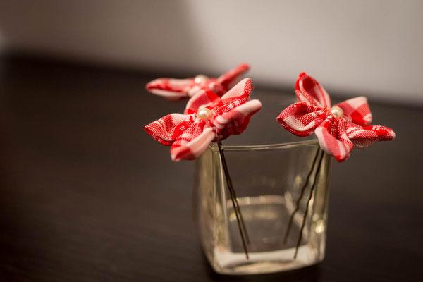Épingles à chignon pour la coiffure de la mariée par La mariée en fleur. Fleurs en tissu vichy à carreaux rouge et blanc