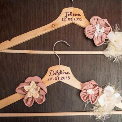 Cintres pour les tenues de cérémonie des mariés personnalisés et décorés de fleurs en tissu Shabby chic, élégance et raffinement