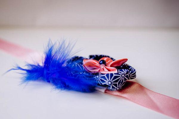 Bracelet demoiselle d'honneur fleur en tissu par La mariée en fleur, rose et bleu saphir