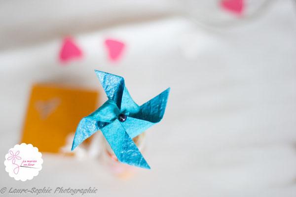 Mini moulin à vent DIY comme marque place mariage sur le couvercle de petites fioles contenant les dragées