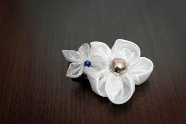 Barrette ornée de fleurs en tissu blanche et argentée pour petite fille, accessoire de mariage pour votre cortège par La mariée en fleur
