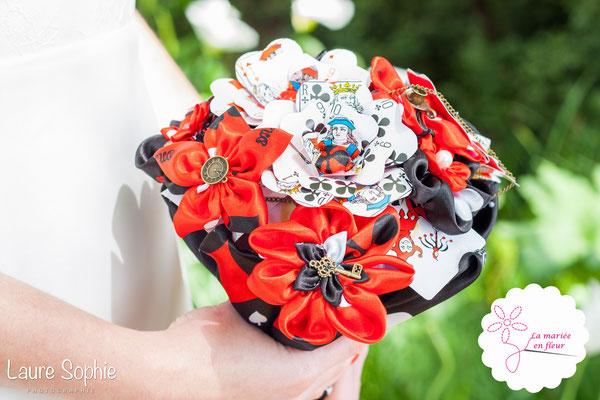 Bouquet de mariée original en cartes à jouer et fleurs en tissu_Mariage de la Reine de Cœur par La mariée en fleur. Photo Laure Sophie Photographie