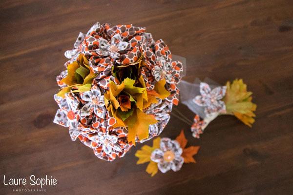 Bouquet de mariée automnal en fleur en tissu et en feuilles d'arbre. Boutonnière marié et barrette assortis