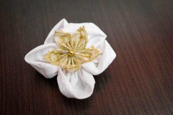 Barrette fleur en tissu or et blanc pour demoiselle d'honneur par La mariée en fleur