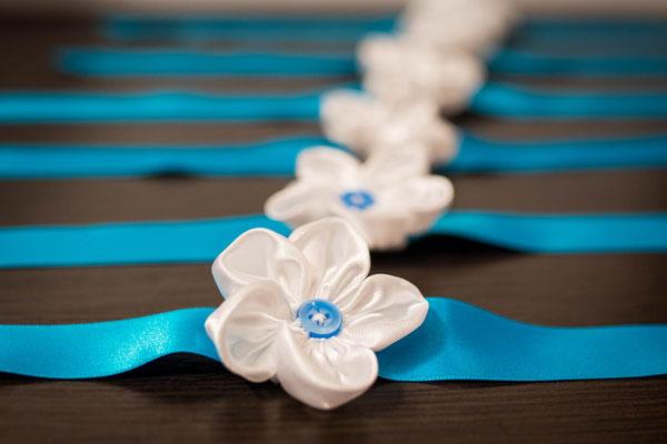 Bracelets cortège blancs et turquoises par La mariée en fleur. Ruban et fleur en tissu
