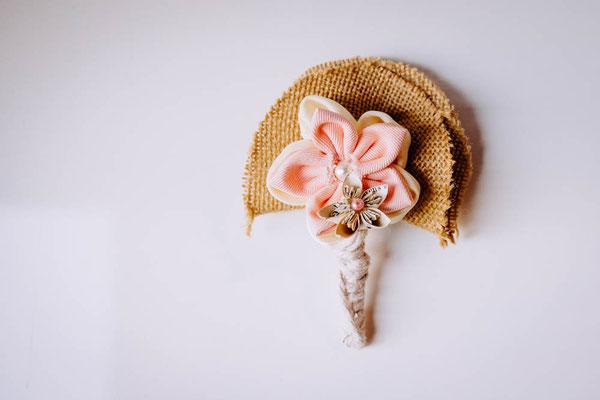Boutonnière marié en fleurs éternelles en tissu et origami romantique rustique rose poudré et ivoire par La mariée en fleur
