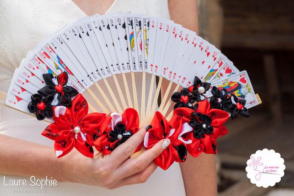 Bouquet de mariée original, éventail floral en cartes à jouer et fleurs en tissu_Mariage de la Reine de Cœur par La mariée en fleur. Photo Laure Sophie Photographie