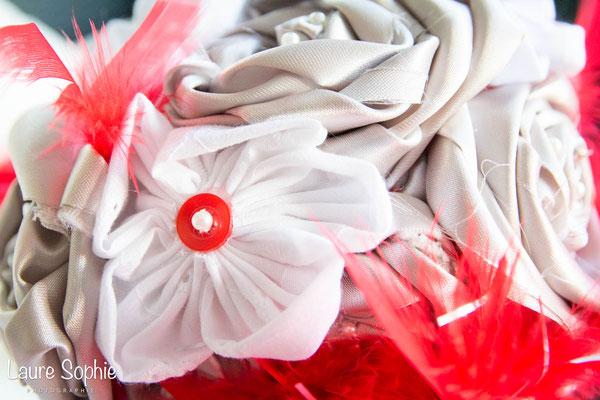 Collection Marion. Bouquet de mariée original en fleurs en tissu gris argenté et plumes rouge. Par La mariée en fleur
