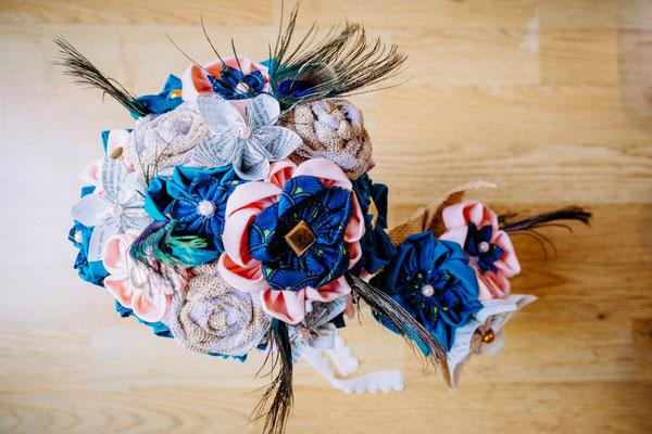 Bouquet original et éternel mariée et demoiselles d'honneur assortis, fleurs en tissus bleu canard et pêche par La mariée en fleur
