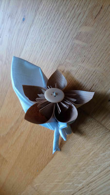 Boutonnière marié par La mariée en fleur en origami pour un mariage naturel en tons neutres avec du coton blanc, de la toile de jute et du papier kraft