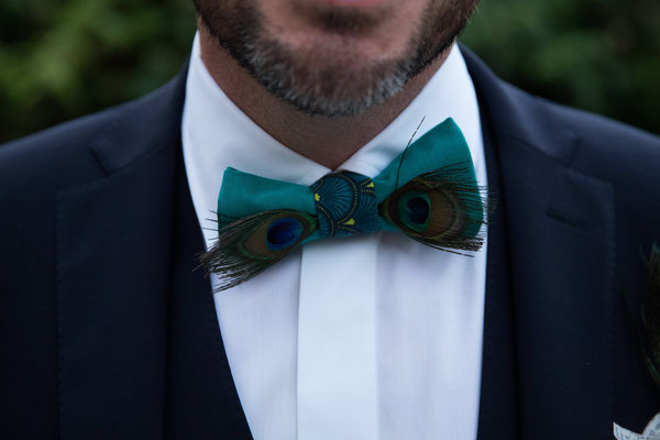 Sabine et Pascal, mariés 2018, bleu canard et pêche avec des plumes de paon. Bouquet et accessoires par La mariée en fleur. Crédit phot: Frederick Lejeune