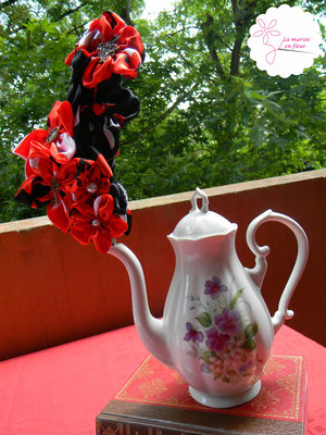 Décoration de table originale, service à thé en cartes à jouer et fleurs en tissu_Mariage de la Reine de Cœur par La mariée en fleur