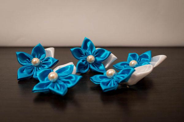 Boutonnières marié et témoins par La mariée en fleur. Fleur en tissu turquoise et blanche