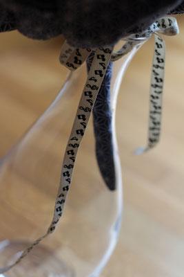 Détail poignée bouquet de mariée original en tissu bleu marine et blanc, ruban notes de musique par La mariée en fleur