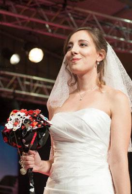 Défilé salon mariage Muret 2016. Bouquet de mariée original reine de coeur en tissu et cartes à jouer. Crédit photo: Stéphane Max