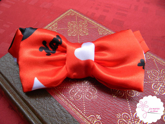 Nœud papillon marié original en cartes à jouer et fleurs en tissu_Mariage de la Reine de Cœur par La mariée en fleur