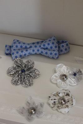 Accessoires de la collection Hiver La mariée en fleur: nœud papillon bleu, bracelets et barrettes ornés de fleurs en tissu argent et blanc pour petites filles