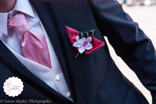 Boutonnière de marié original en fleurs en tissus framboise avec une touche Geek grâce au mot Oui en touches de clavier d'ordinateur